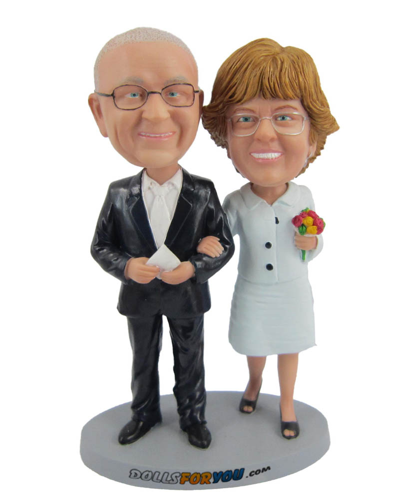 couple arm in arm bobblehead figures D012