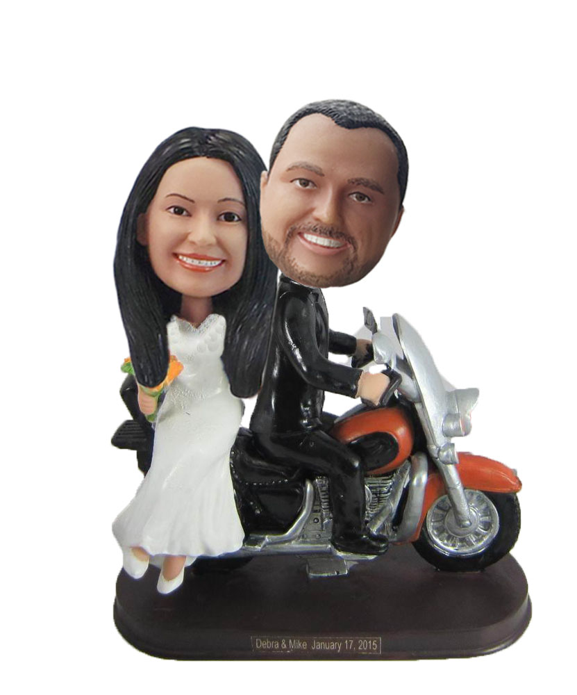 Couple in motor car wedding topper W892