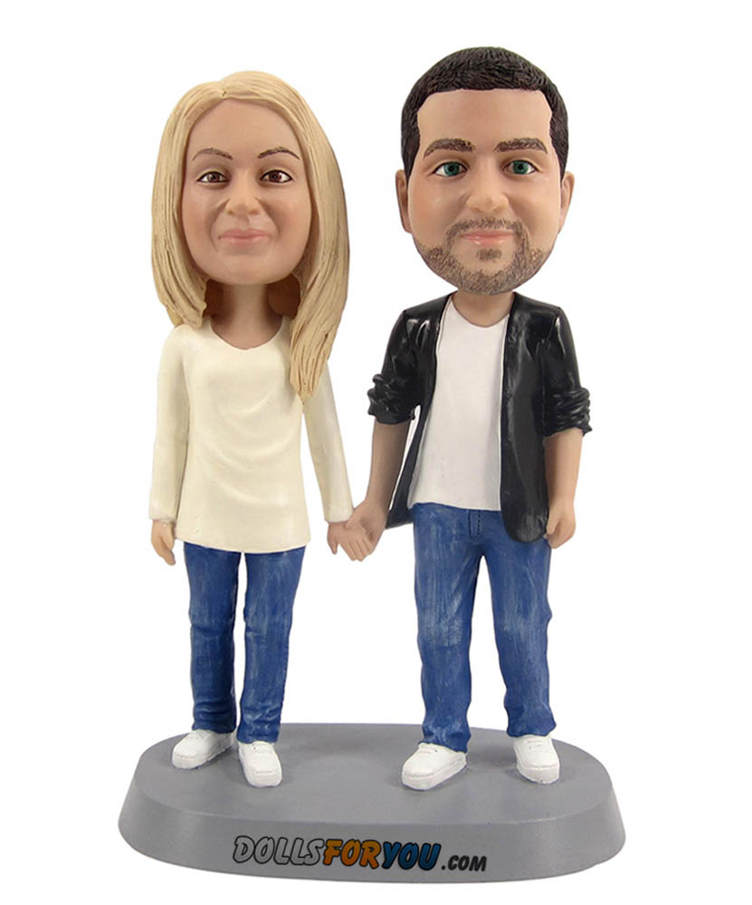 couple bobbleheads in love hand in hand D010